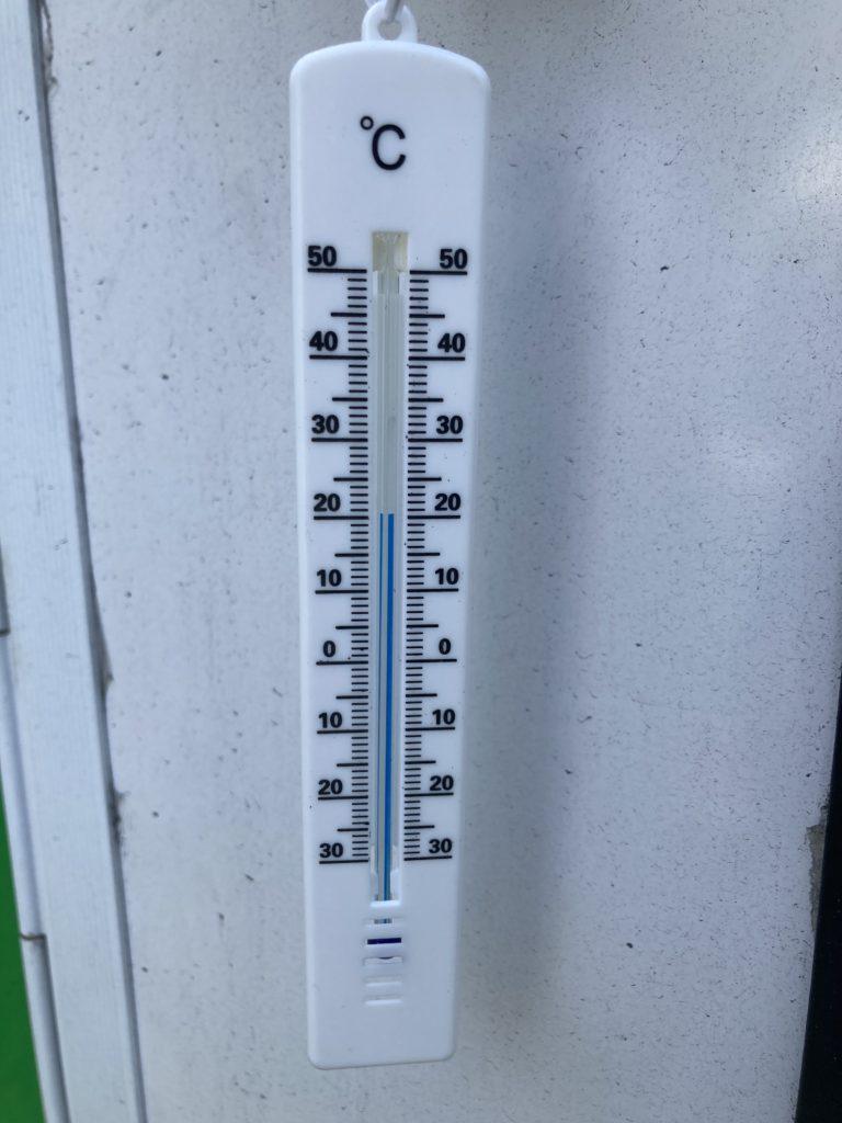 武尊牧場キャンプ場に幌馬車くんの軽キャンピングトレーラーで行く車中泊のキャンプ 外の気温