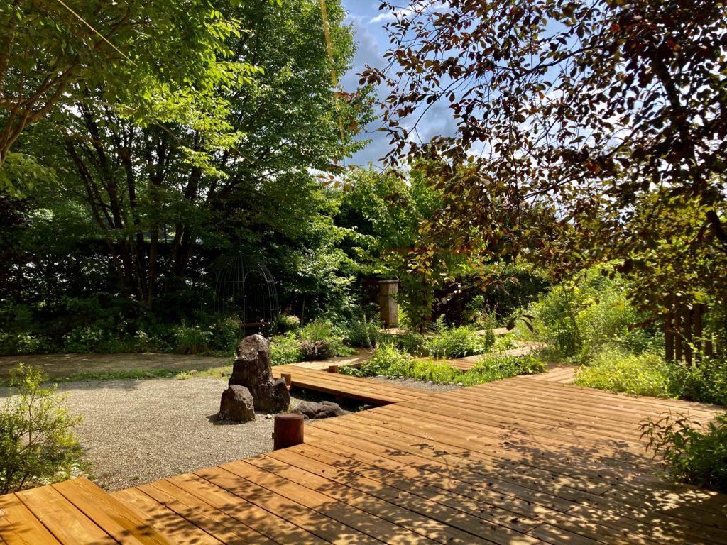 花の駅・片品 花咲の湯に幌馬車くんの軽キャンピングトレーラーで行く 庭の風景