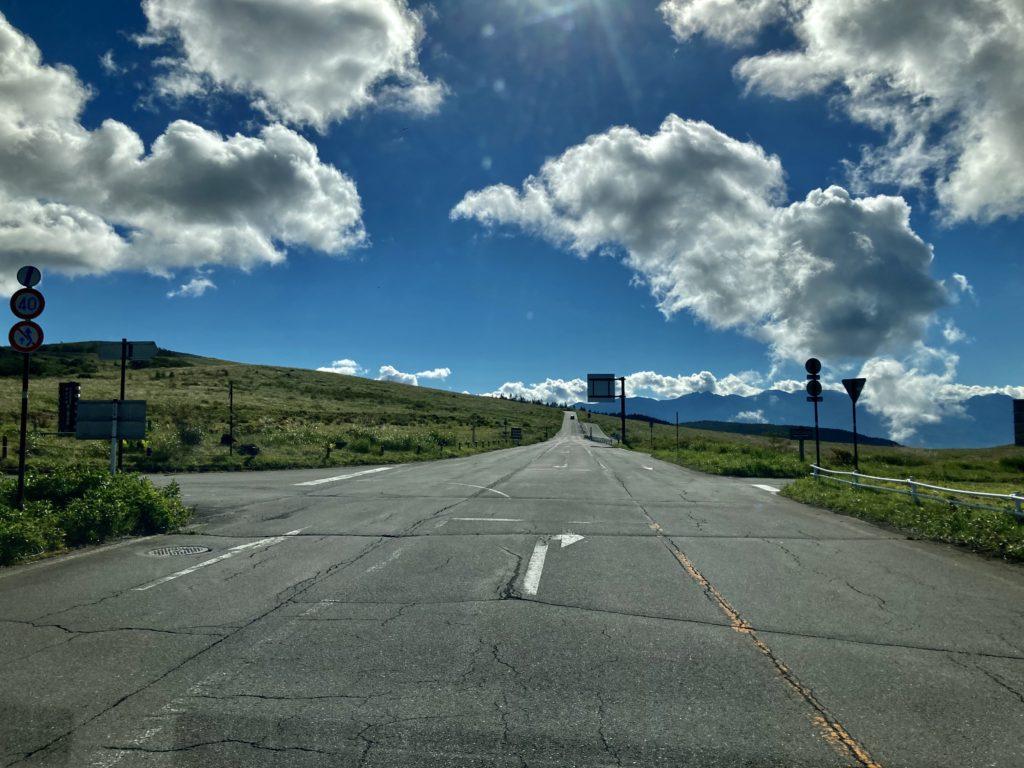 幌馬車くんと行く霧ヶ峰スキー場の車中泊の霧の駅付近の道路