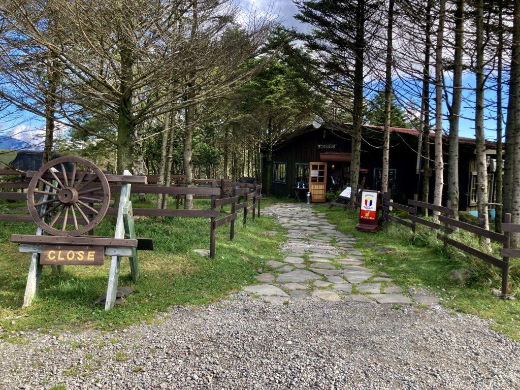 幌馬車くんと行く霧ヶ峰スキー場の車中泊&霧ヶ峰キャンプの初日のころぼっくるヒュッテの朝食 入口