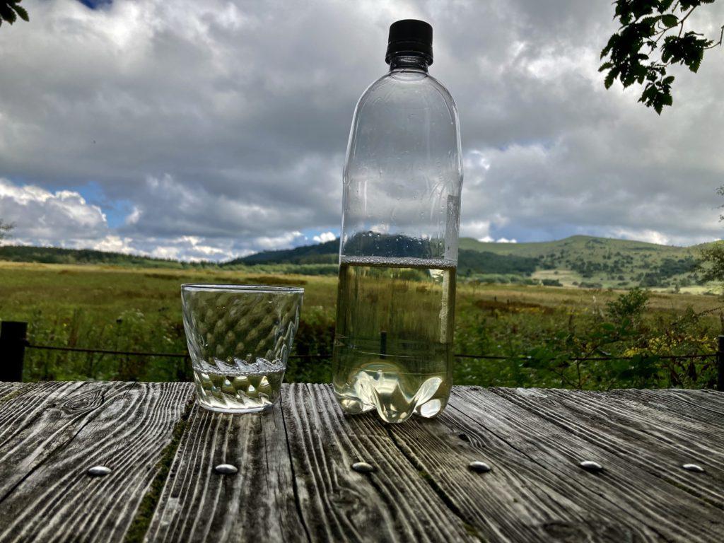 幌馬車くんと行く八島湿原ハイキングの休憩ポイントで酒撮影