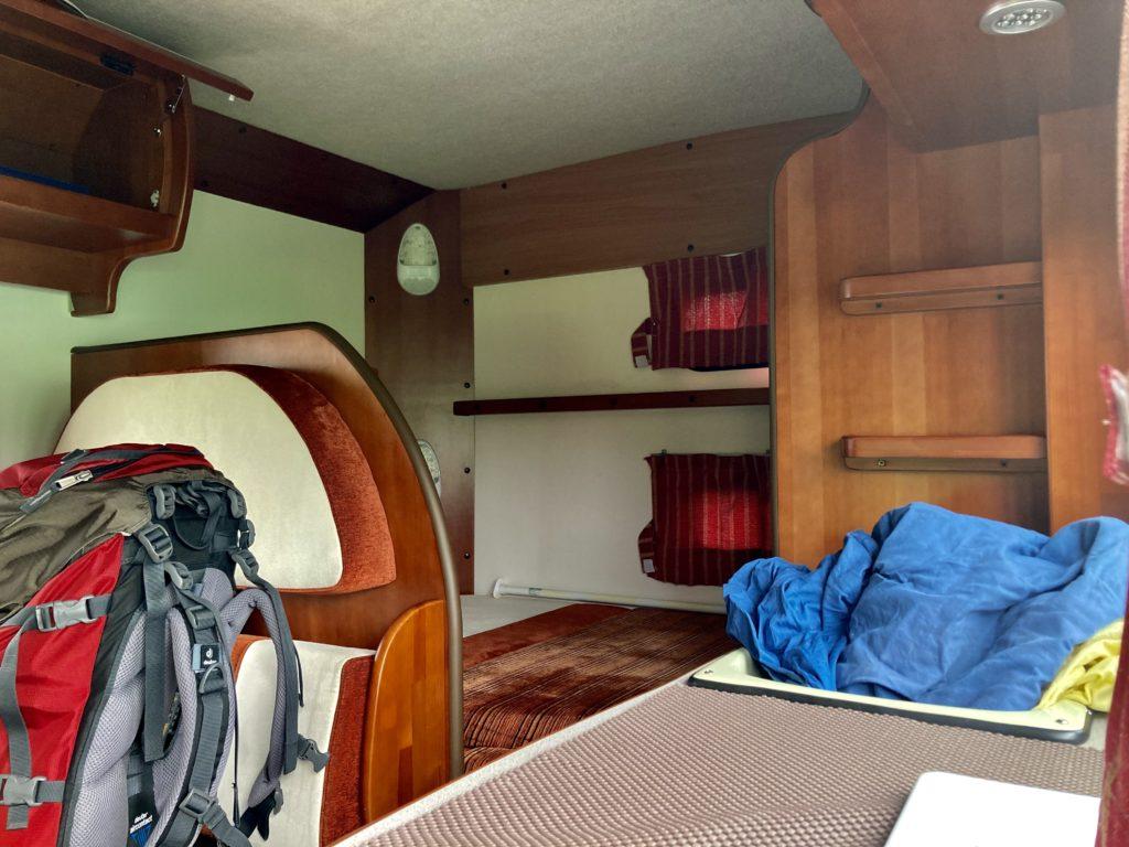 幌馬車くんと行く霧ヶ峰スキー場の車中泊でキャンピングカーの後部座席