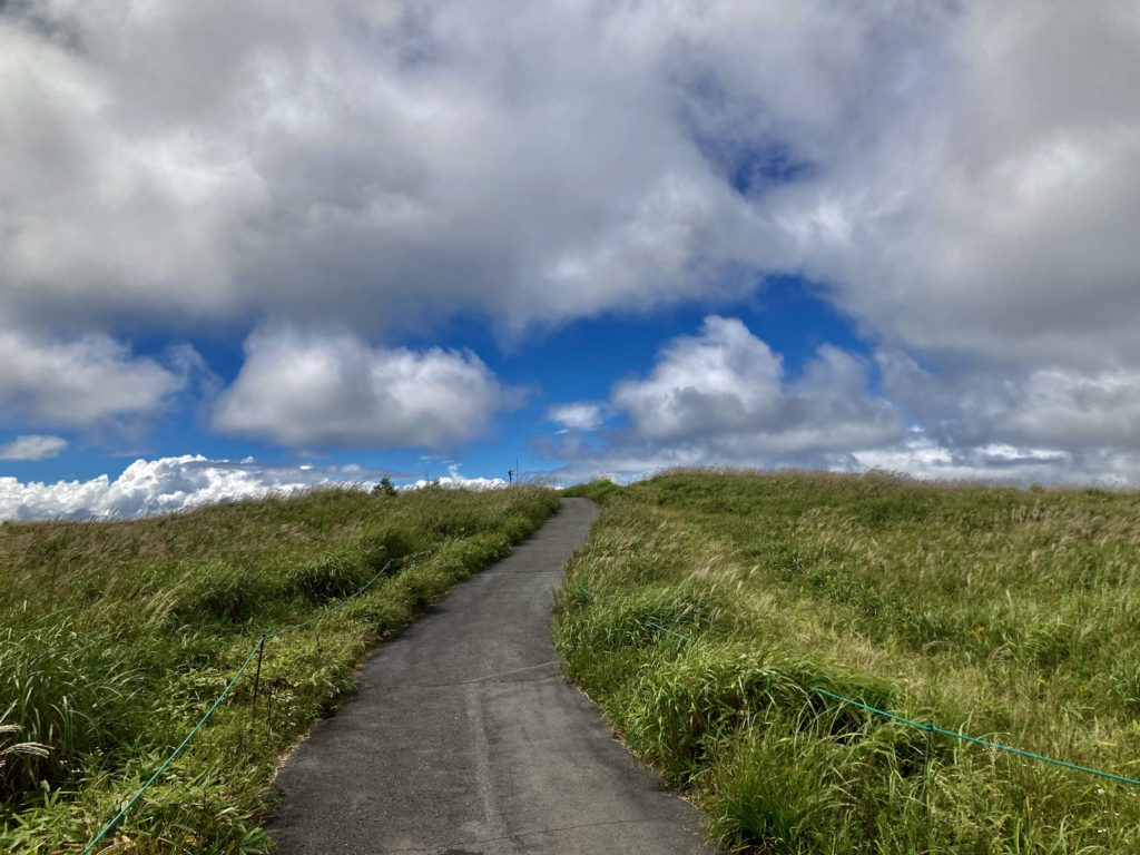 馬車くんと行く霧ヶ峰スキー場の車中泊&周辺散策の霧の駅に続く道