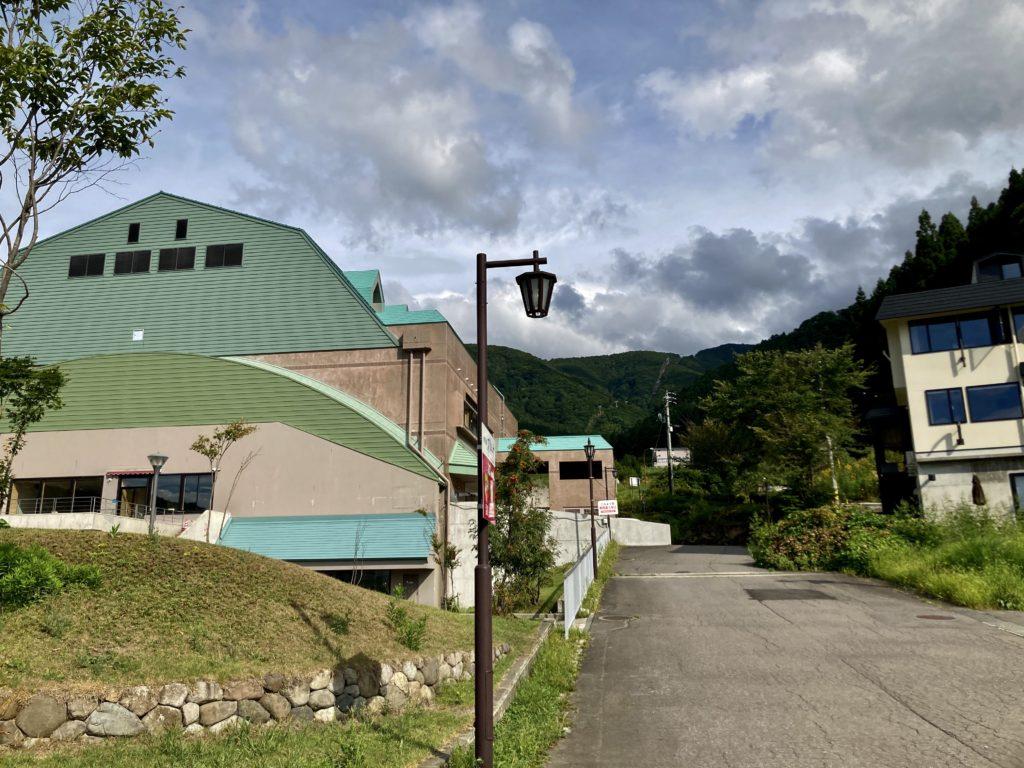 野沢温泉の日帰り温泉施設「スパリーナ」の外観