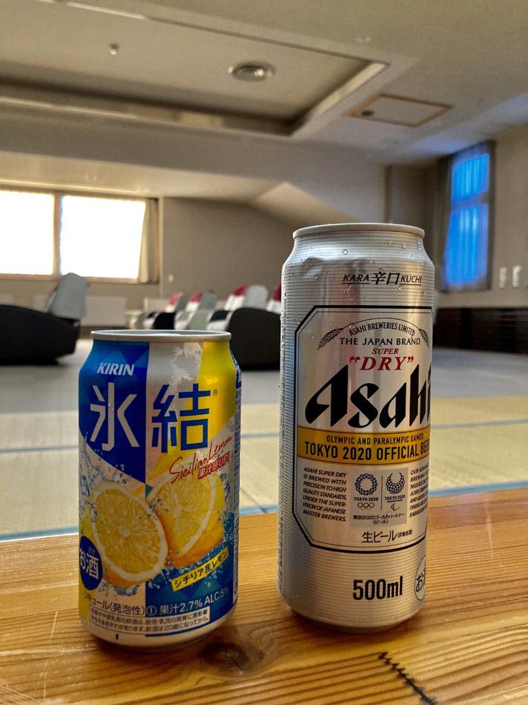 野沢温泉の日帰り温泉施設「スパリーナ」のリラックスルームでビールで乾杯