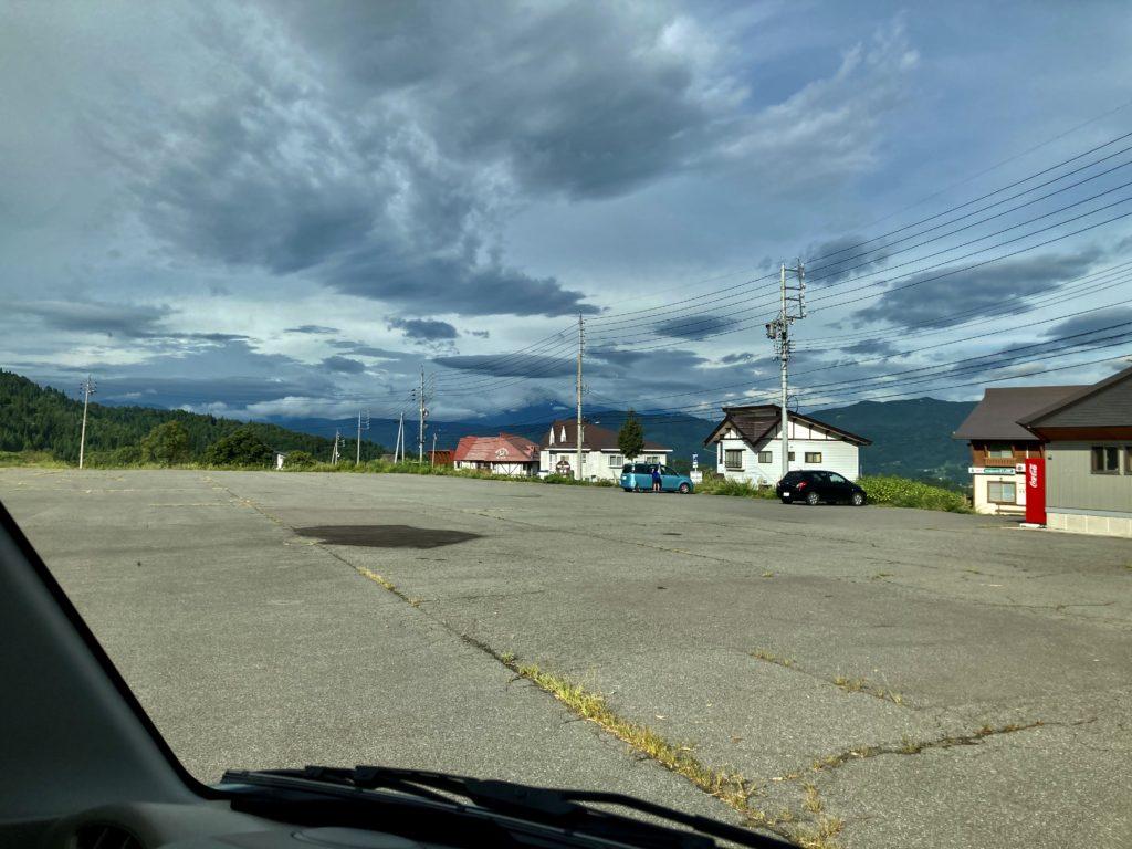 幌馬車くんと行く野沢温泉、野沢温泉スキー場の第二駐車場「車中泊」の夏の朝の風景