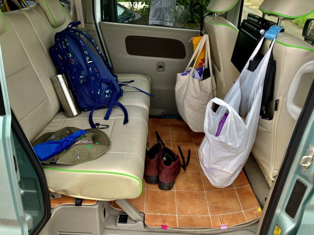 幌馬車くんと行く草津温泉「天狗山第一駐車場」車中泊の荷物。よく術の登山道具も持っていく