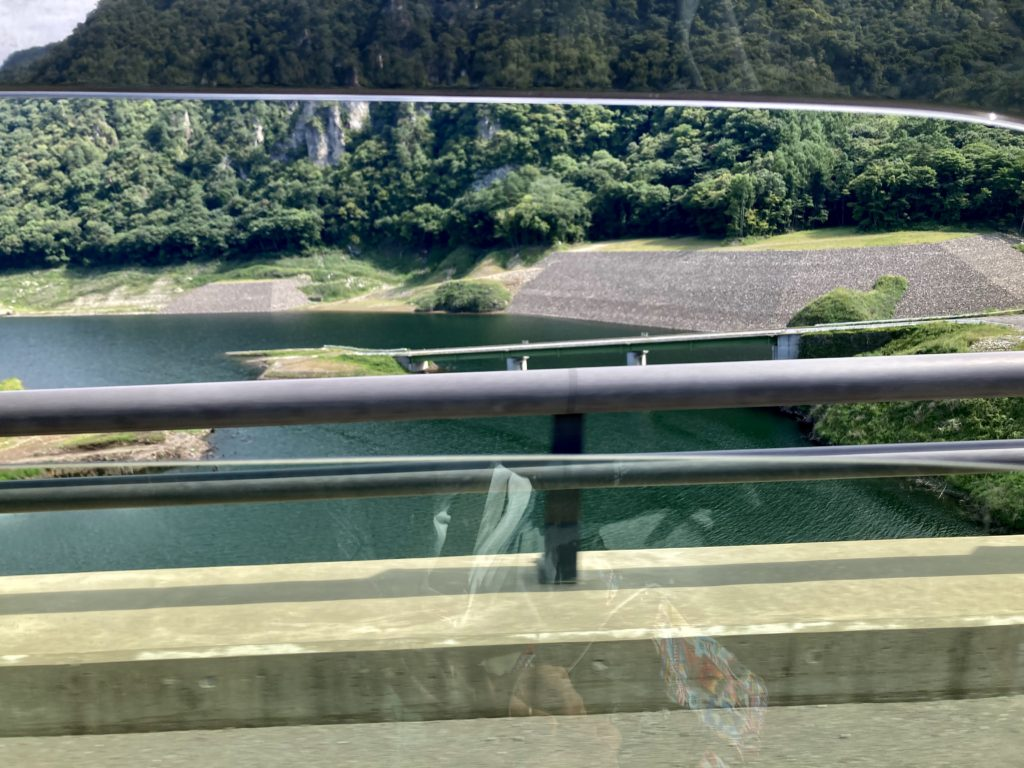 八ッ場ダムの真ん中に着水目的の道路がある