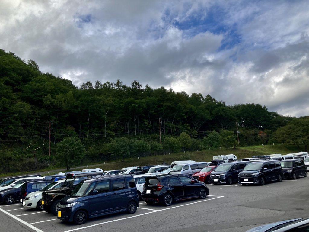 草津温泉「天狗山第一駐車場」の連休の昼間の駐車場状況