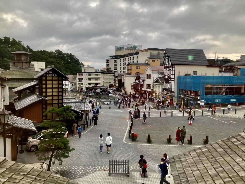 草津温泉の日帰り温泉施設「御座の湯」の二階の無料休憩室からの写真