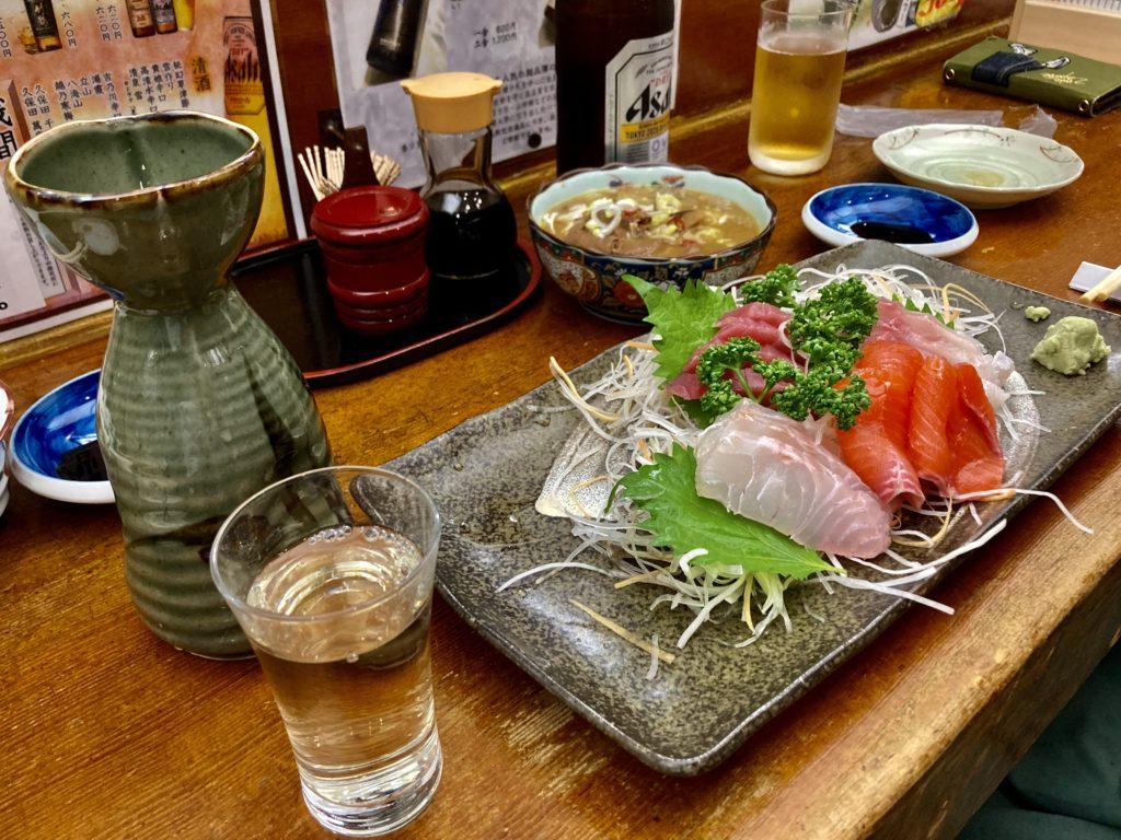 草津温泉湯畑の居酒屋「三四郎」の刺身ともつ煮