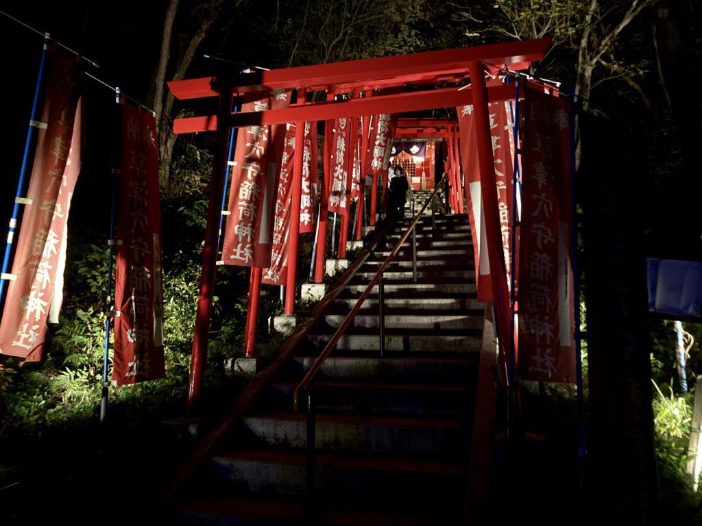 夜の西の河原公園の神社
