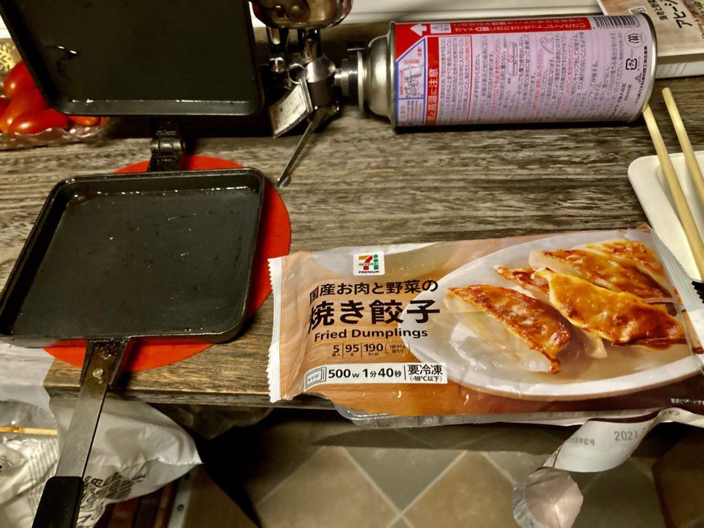 幌馬車くんでトレーラー飲み ホットサンドメーカーで作る料理の焼き餃子