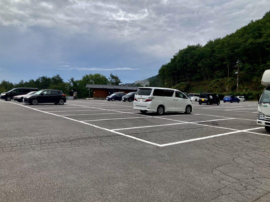 スタート地点の草津温泉「天狗山第一駐車場」の朝の駐車場状況