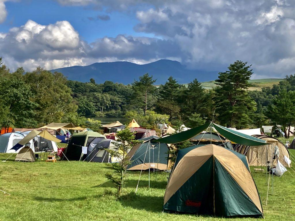 バラギ湖のバラギ高原キャンプ場の湖畔サイトの風景
