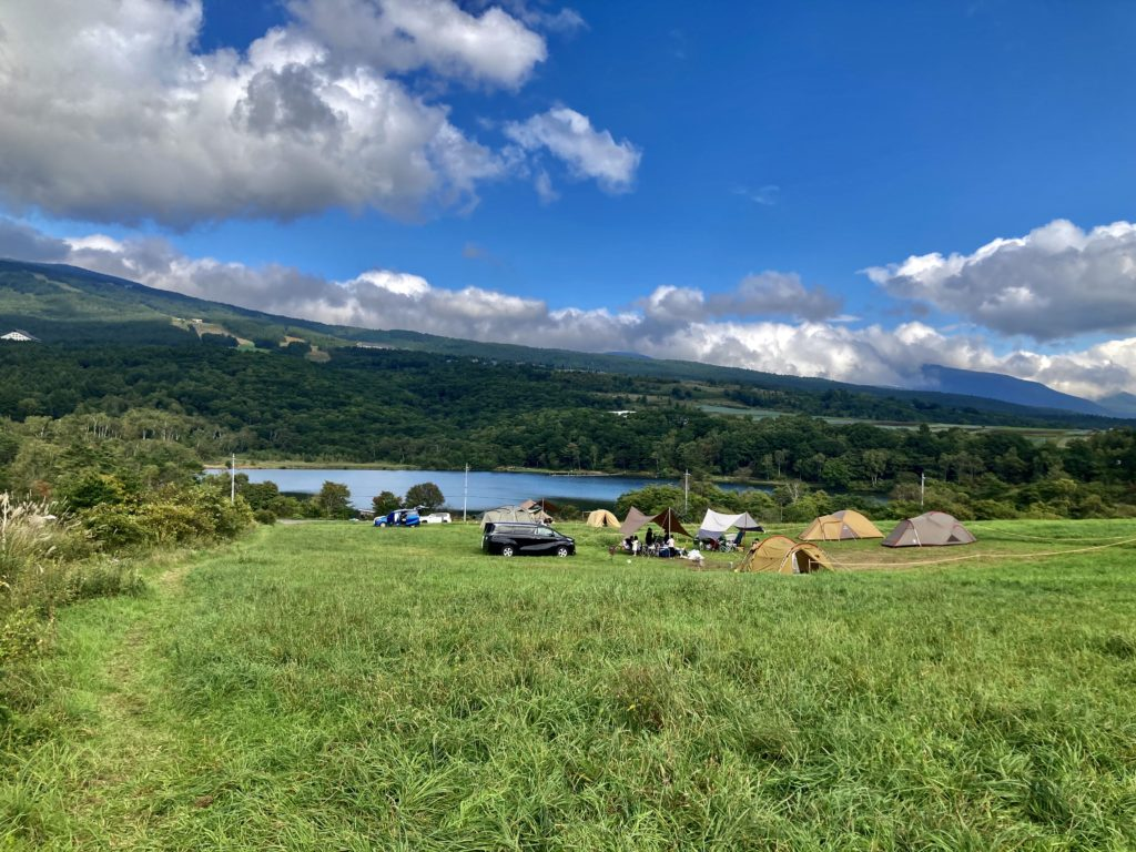 バラギ湖の無印良品のカンパーニャ嬬恋キャンプ場の開けたサイト