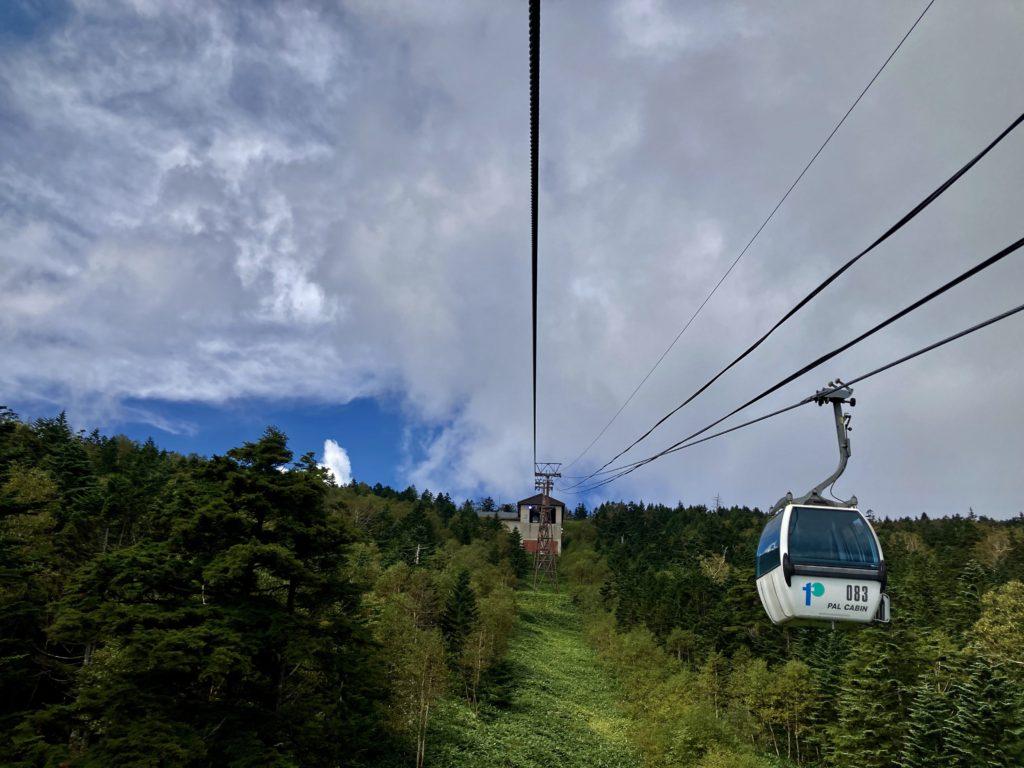 パルコール嬬恋のゴンドラのパルキャビンからの風景 山頂駅が見えてきました