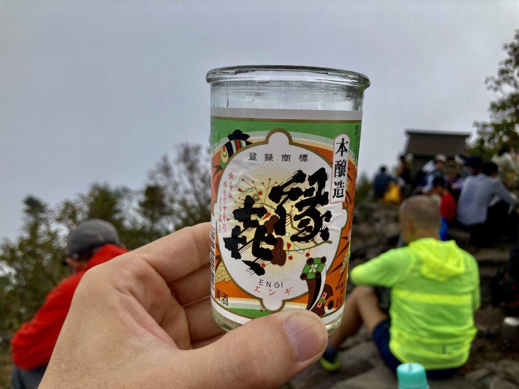 パルコール嬬恋ゴンドラ山頂からの四阿山登山の山頂で乾杯