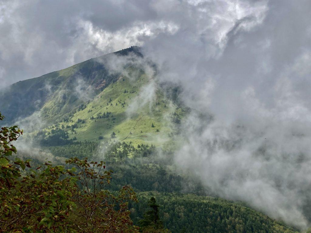 パルコール嬬恋ゴンドラ山頂からの四阿山登山の山頂から見えた隣の山肌