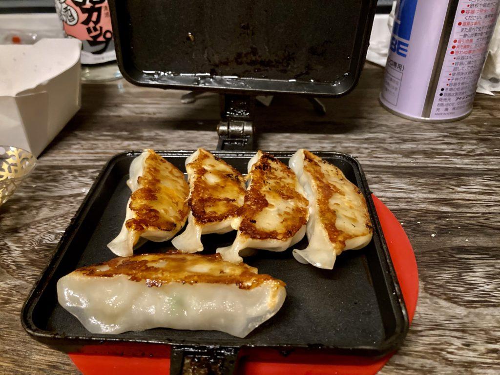 幌馬車くんと行くパルコール嬬恋「駐車場」車中泊でのホットサンドメーカーで作る料理 焼き餃子