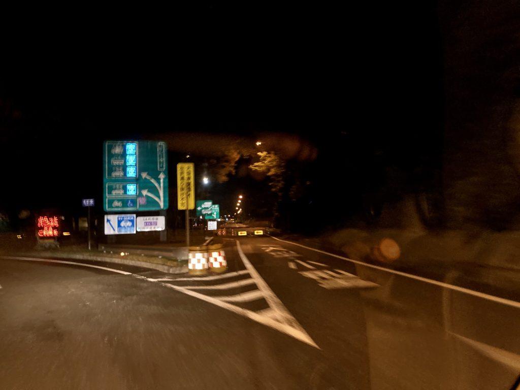 軽キャンピングトレーラーの幌馬車くんで行く東名高速道路「足柄SA」車中泊 案内板