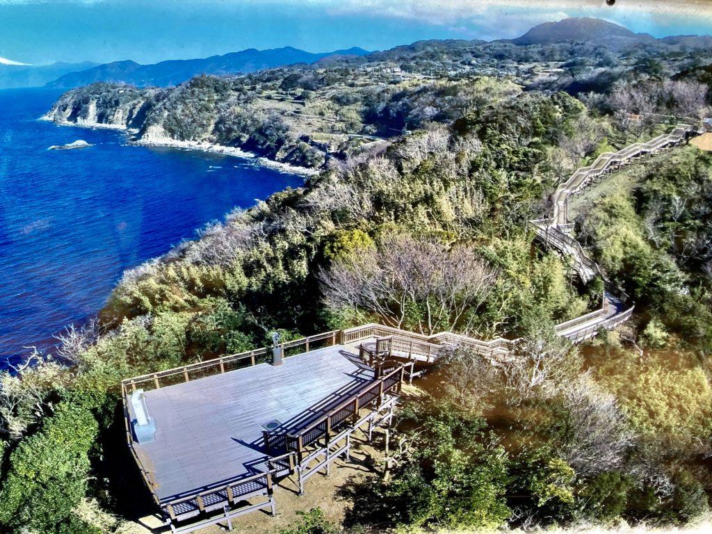 軽キャンピングトレーラーの幌馬車くんで行く伊豆の恋人岬の上空写真