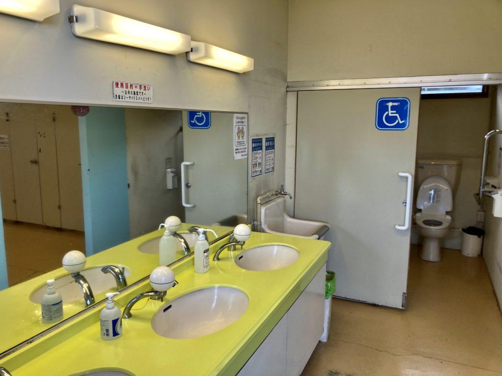 軽キャンピングトレーラーの幌馬車くんで行く伊豆の道の駅「伊東マリンタウン」の24時間トイレ