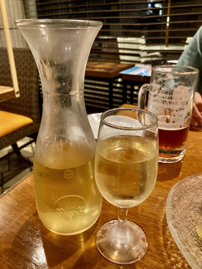 伊豆の道の駅「伊東マリンタウン」の伊豆高原ビールのレストランで白ワイン