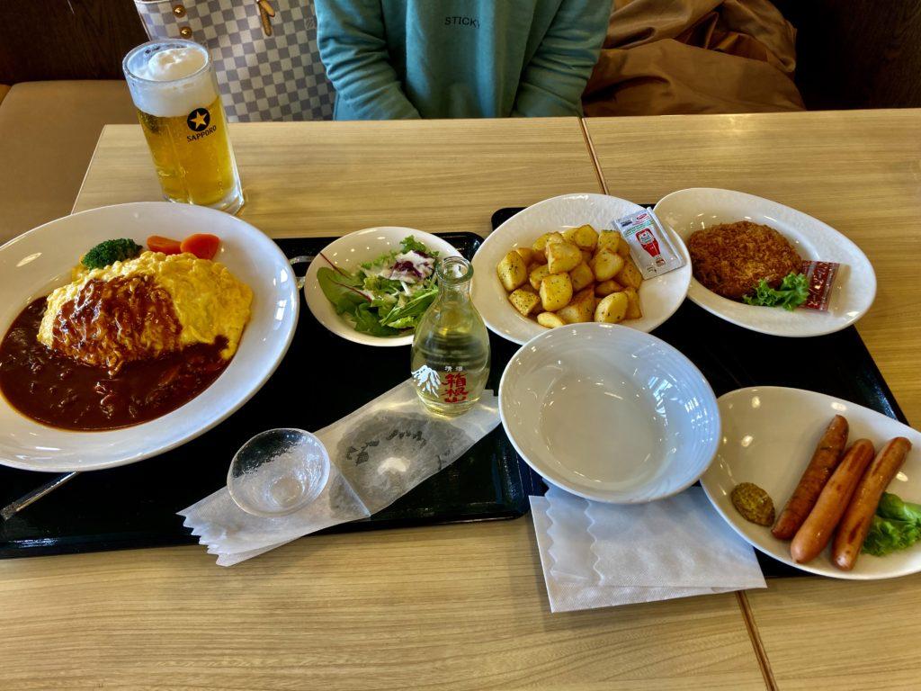 軽キャンピングトレーラーの幌馬車くんで行く箱根の芦ノ湖と大涌谷の観光で桃源台レストランのオムライス