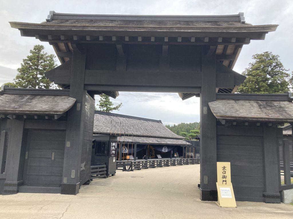 軽キャンピングトレーラーの幌馬車くんで行く箱根の芦ノ湖と箱根関所観光の京口御門