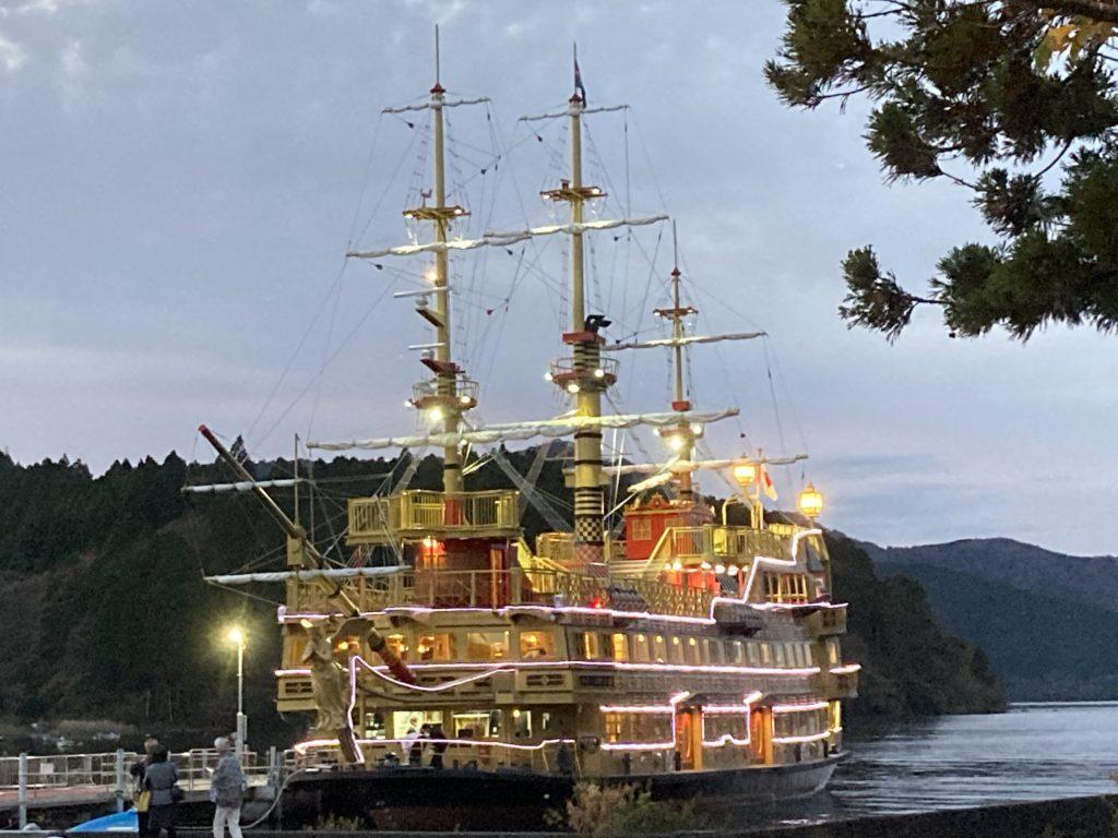 軽キャンピングトレーラーの幌馬車くんで行く箱根の芦ノ湖と海賊船のライトアップ