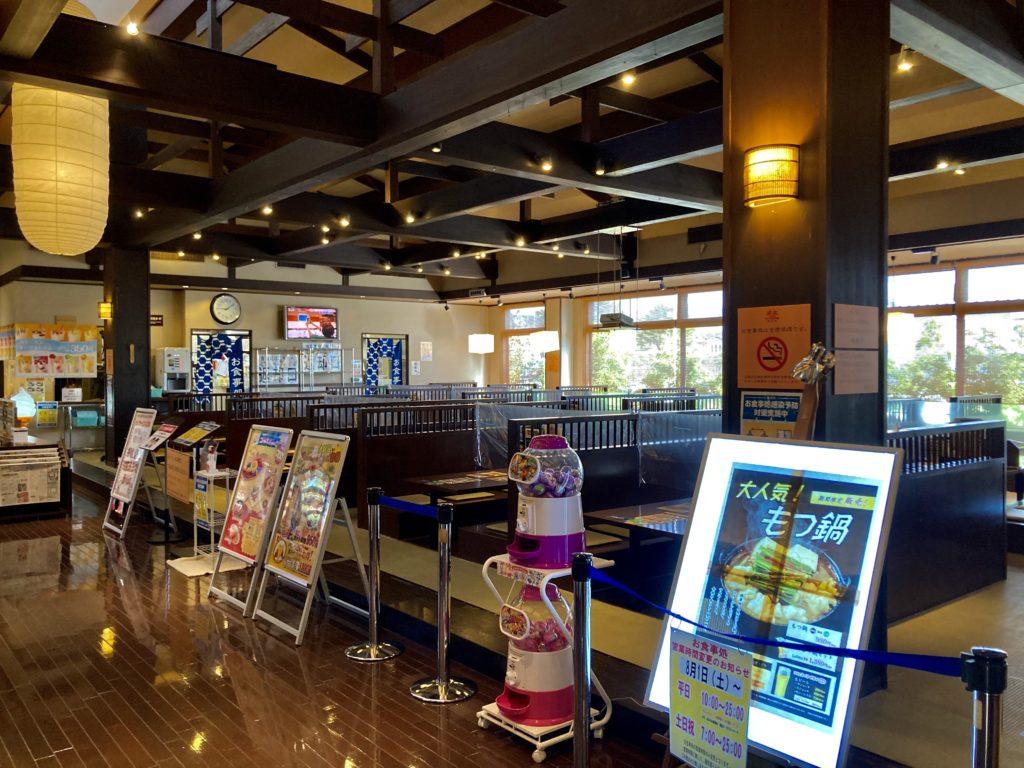 軽キャンピングトレーラーの幌馬車くんで行く三島の日帰り温泉施設「極楽湯」の館内レストラン