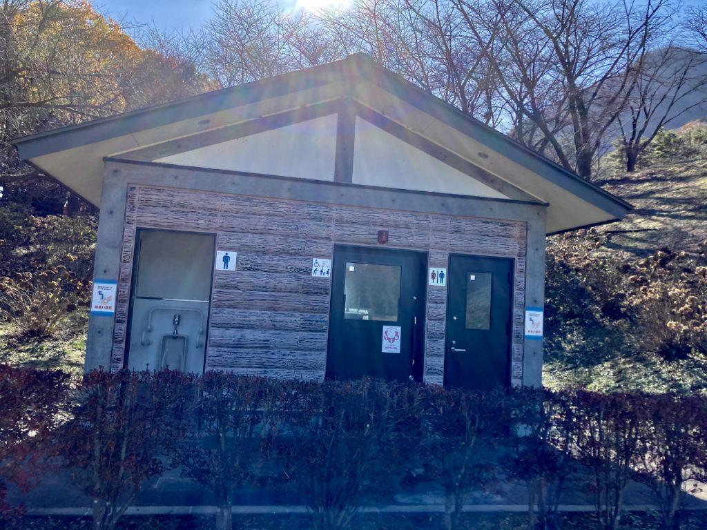 渋川市総合公園キャンプ場のテントサイトの駐車場のトイレ
