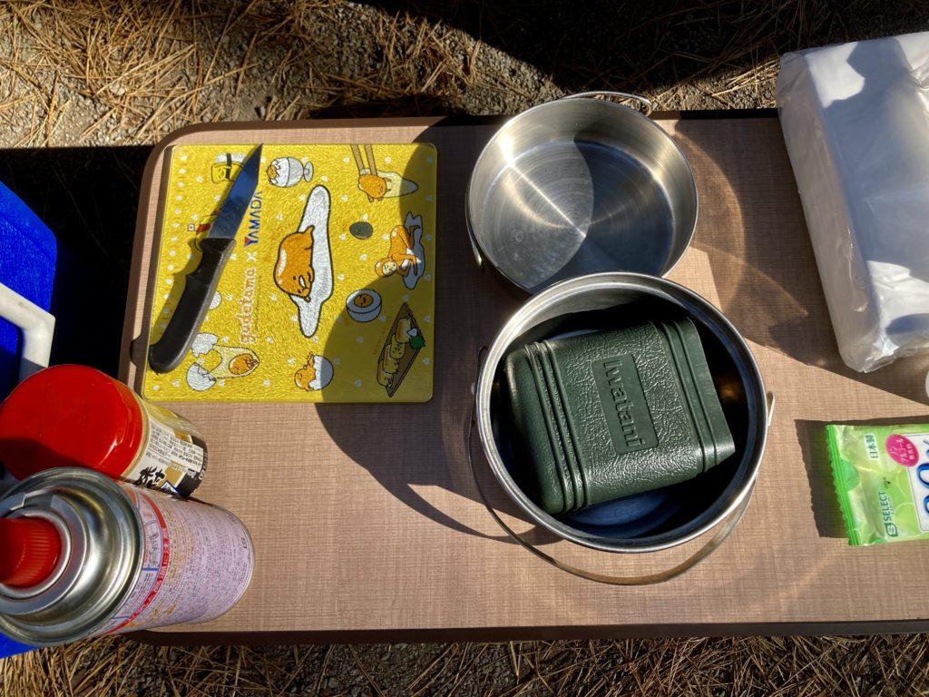 渋川市総合公園キャンプ場のテントサイトでガスバーナーで料理