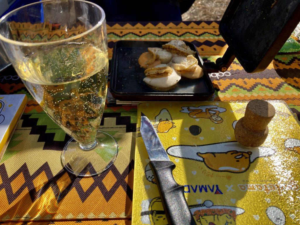 渋川市総合公園キャンプ場のテントサイトでスパークリングワイン