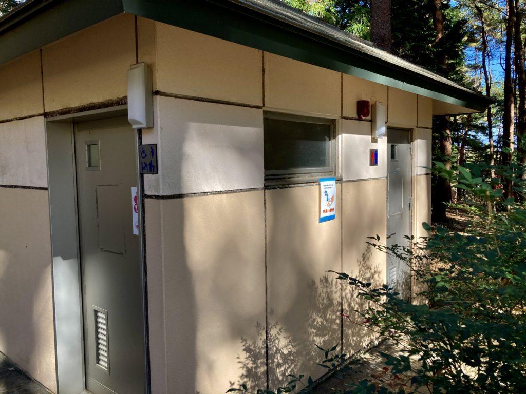 渋川市総合公園キャンプ場のテントサイトのトイレ