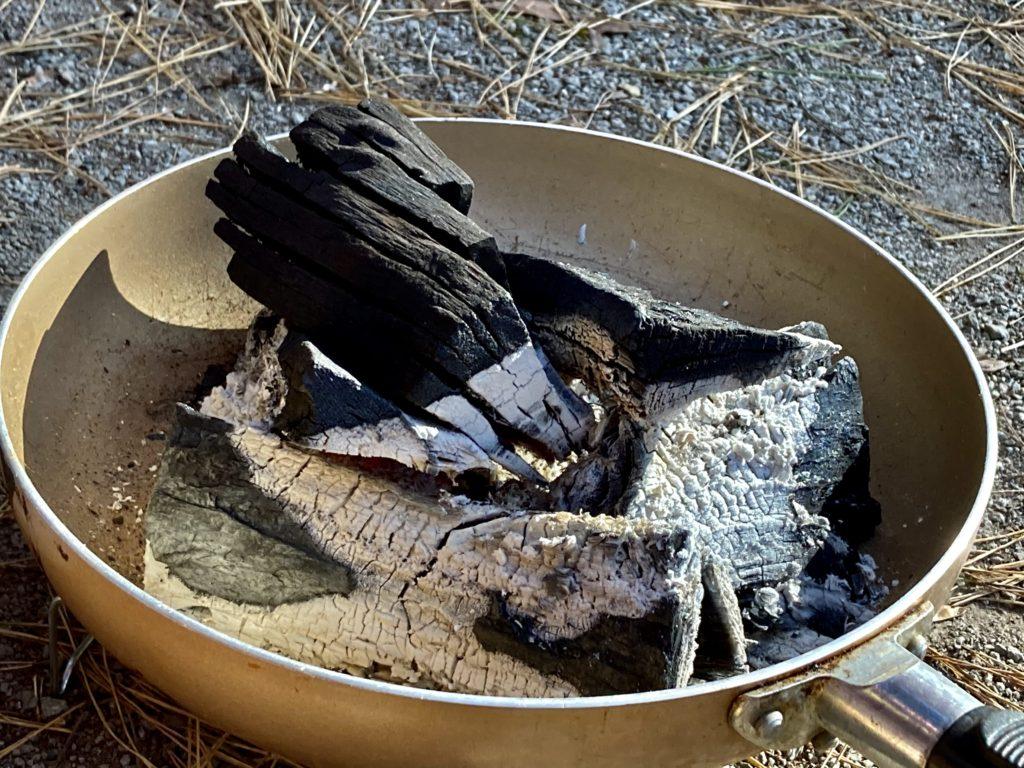 渋川市総合公園キャンプ場のテントサイトで炭をおこす