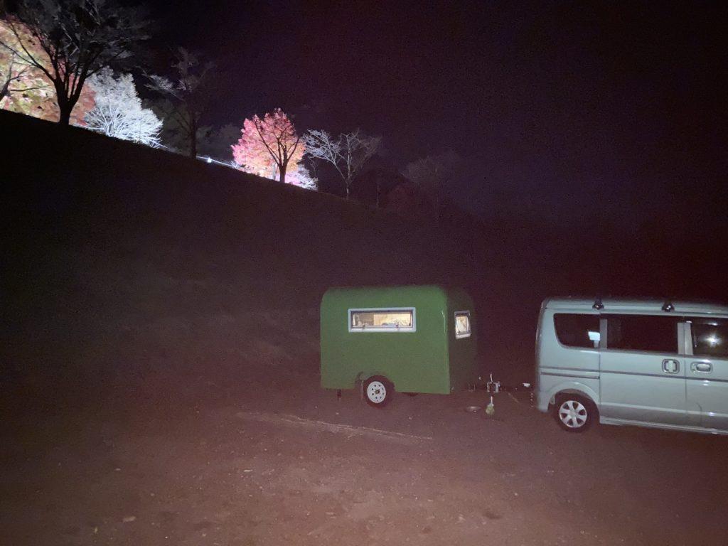 軽キャンピングトレーラーの幌馬車くんで行く渋川市総合公園キャンプ場での紅葉ライトアップ