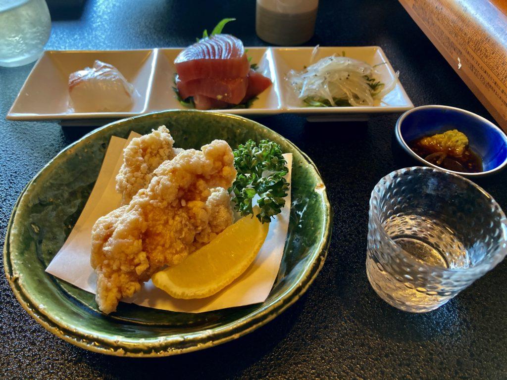 大洗サンビーチ近くの宮田であんこう鍋づくしコースを食べた時の刺身とあんこうの唐揚げ