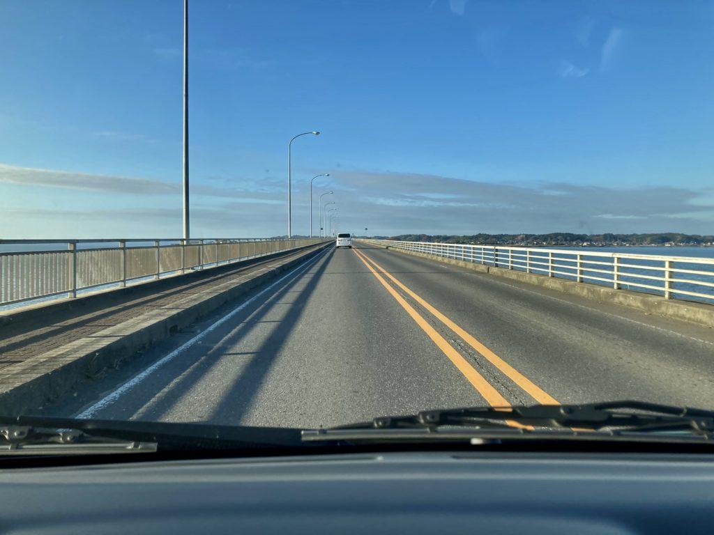 で牛久大仏の観光前の霞ヶ浦大橋を渡る