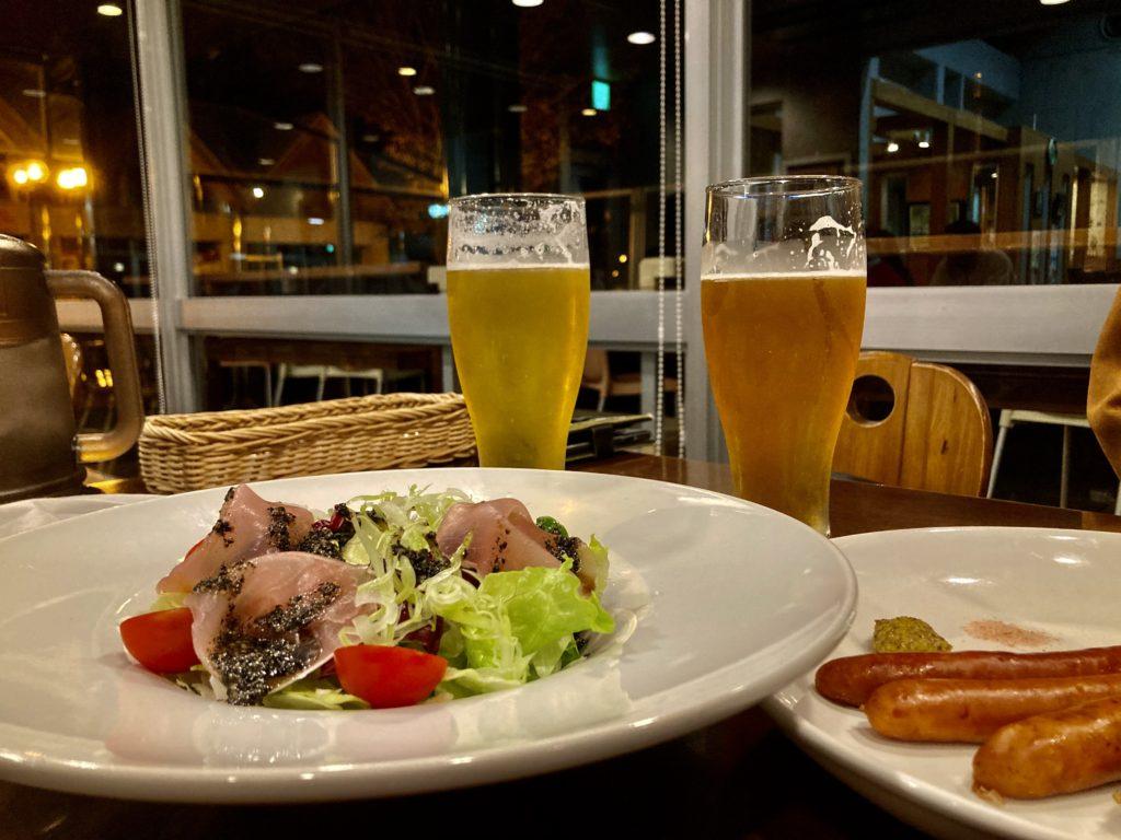 道の駅「宇都宮ろまんちっく村」のレストランの麦の楽園の生ハムのサラダと地ビール