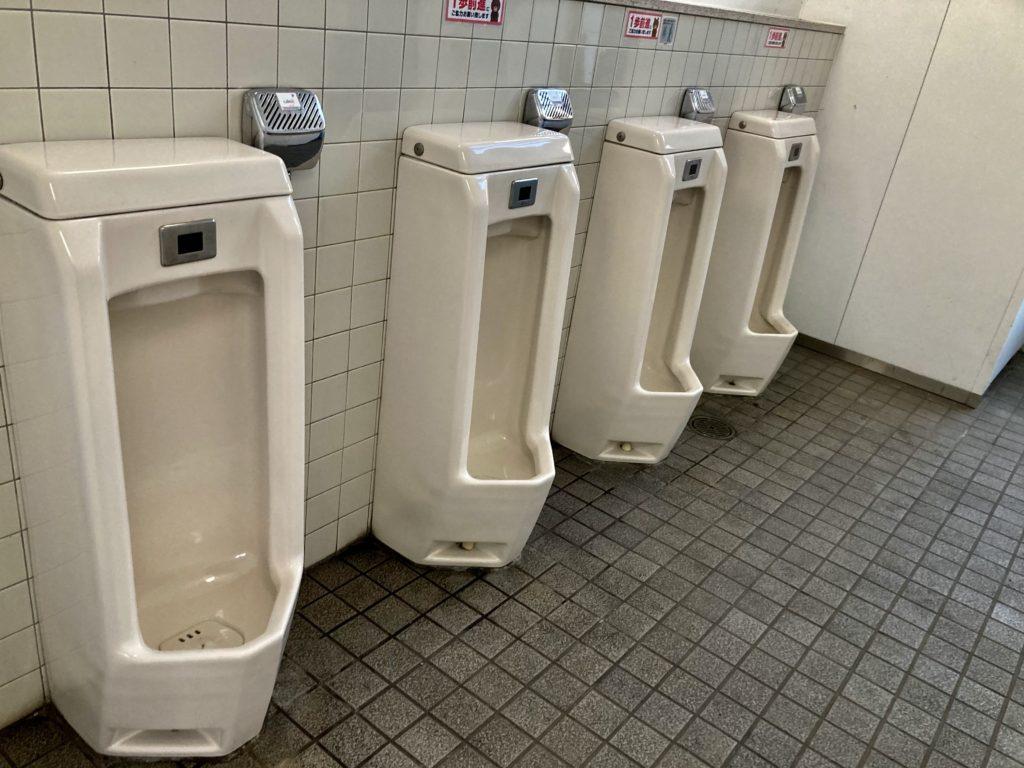 道の駅「宇都宮ろまんちっく村」の第一駐車場のトイレ男子トイレ