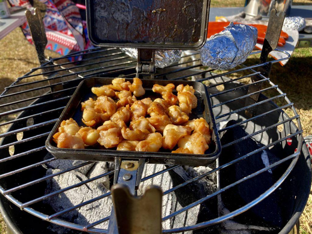 矢板 城の湯キャンプ場で焚火台の上でホットサンドメーカーを使って調理。なんこつを焼いているところ