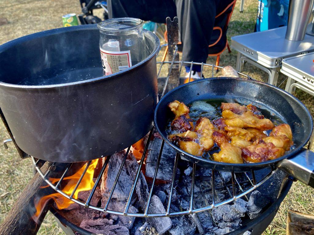 矢板 城の湯キャンプ場で焚火台の上でぽんじりを調理中