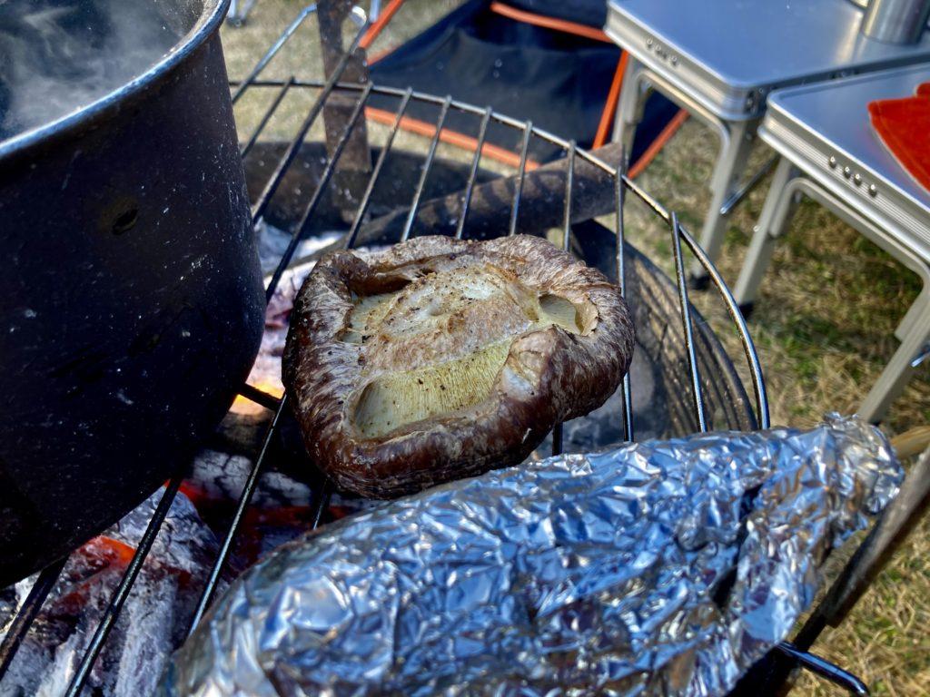 矢板 城の湯キャンプ場で焚火台の上でホットサンドメーカーを使って調理。シイタケが美味しそうに焼けてきた