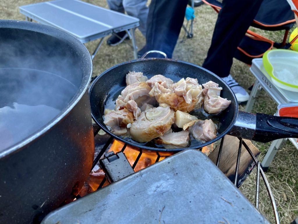 矢板 城の湯キャンプ場で焚火台の上で鶏のごぼう巻きを調理しているところ