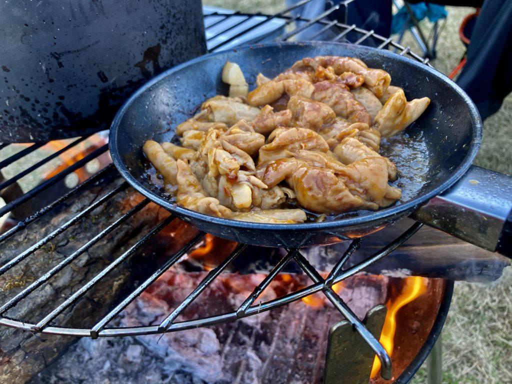 矢板 城の湯キャンプ場で焚火台の上でホルモンを調理中