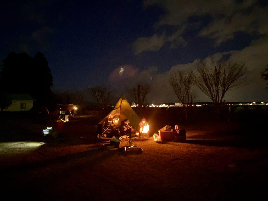 矢板 城の湯キャンプ場で焚火をしながら夕暮れ時の風景