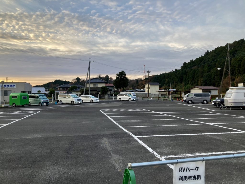 幌馬車くんと行く軽キャンピングトレーラー車中泊で矢板城の湯RVパークの翌朝、全景