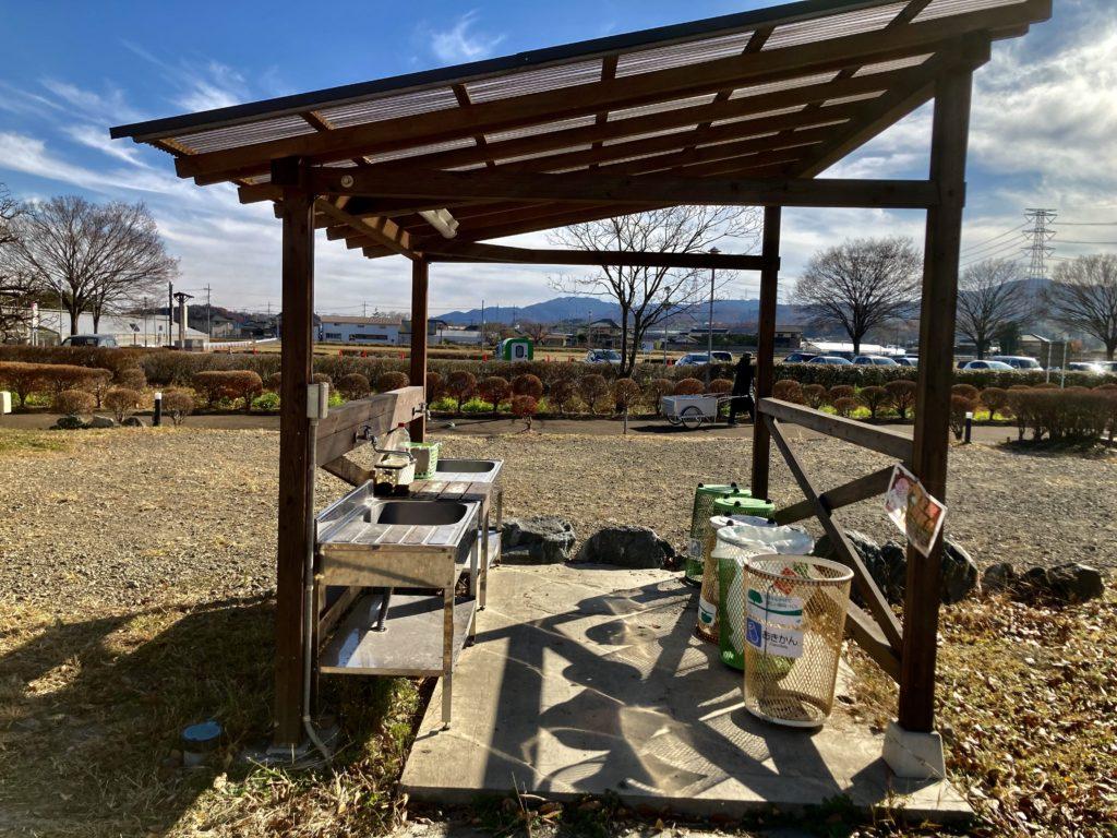 幌馬車くんと行く軽キャンピングトレーラー車中泊でかんなの湯バーベキュー施設の炊事場の写真